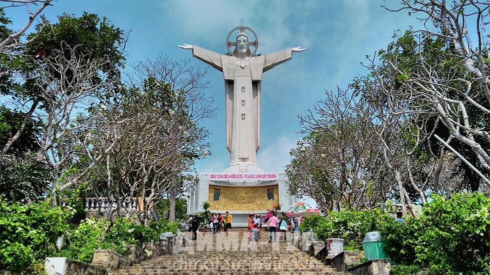 Католические соборы во Вьетнаме. Статуя Иисуса в Вунгтау