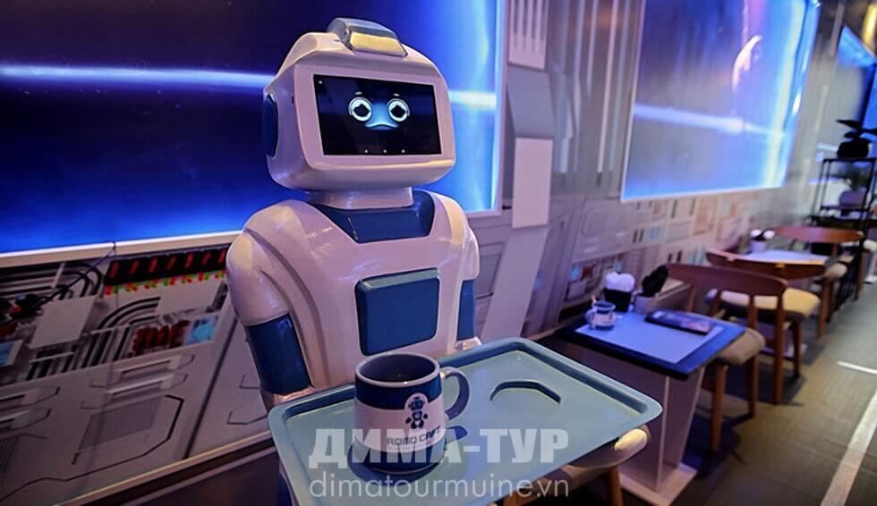 Робот-официант во вьетнамском кафе в Ханое