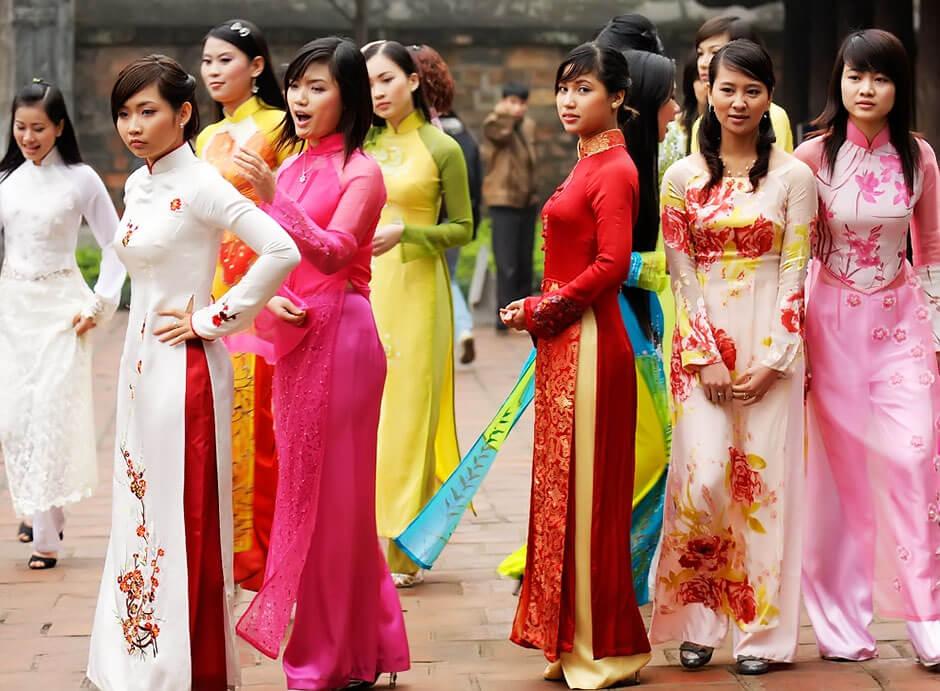 Девушки в платьях аозай