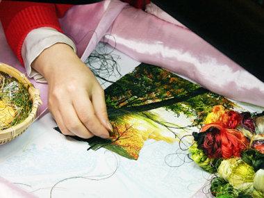 Мастерица шелковой фабрики в Далате