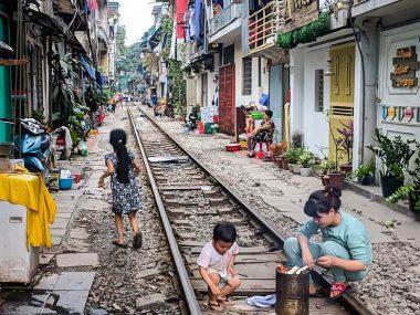 Улица с поездом в Ханое